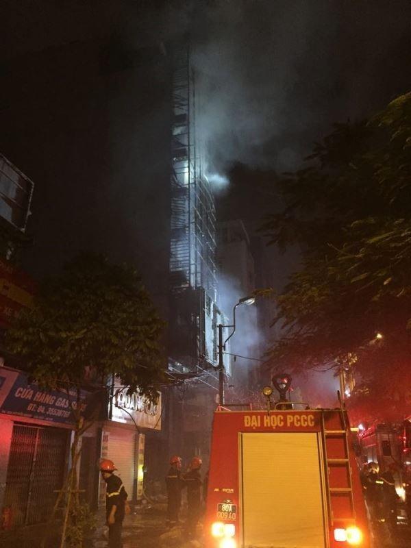 Có khoảng 15 xe cứu hỏa đã được điều đến.