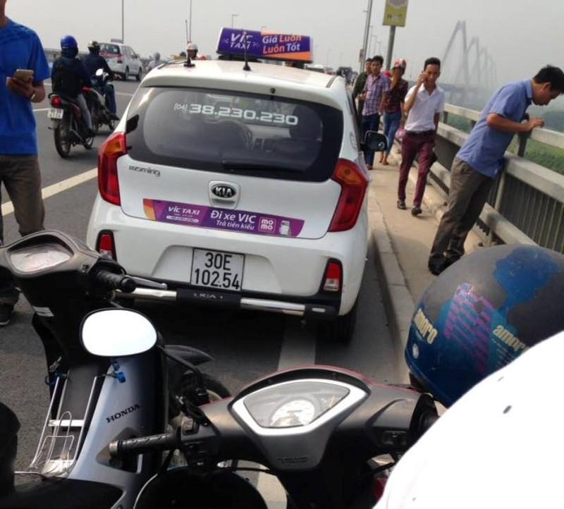 Tài xế taxi tử vong dưới chân cầu Nhật Tân - ảnh 1