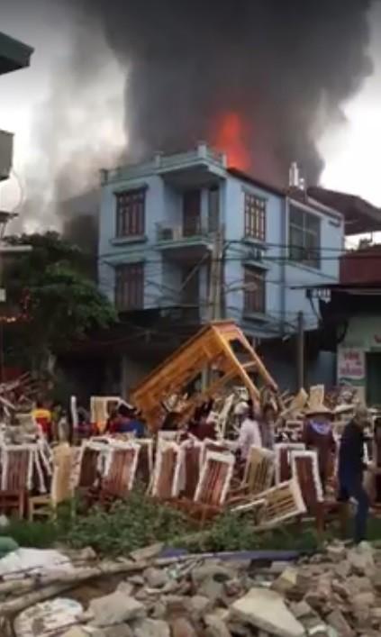 Cháy lớn thiêu rụi xưởng sản xuất hàng nội thất - ảnh 1