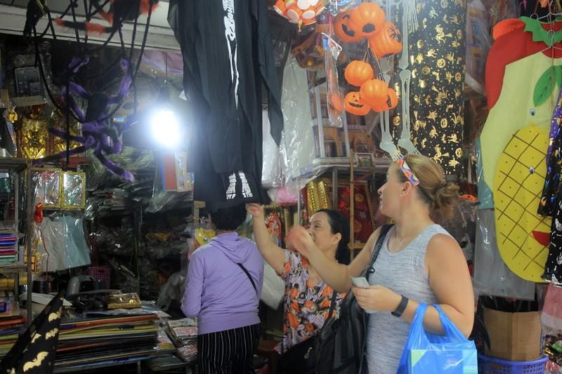 Tràn ngập trang phục Halloween trên đường phố - ảnh 2
