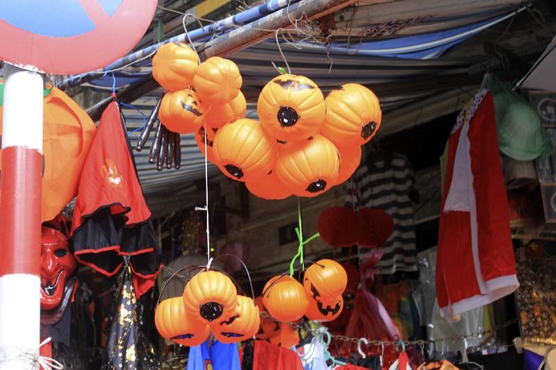 Tràn ngập trang phục Halloween trên đường phố - ảnh 9