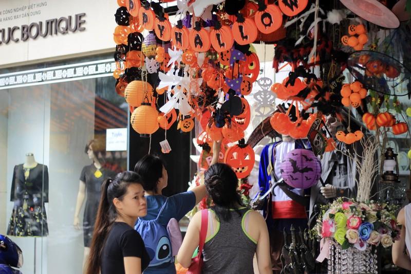 Tràn ngập trang phục Halloween trên đường phố - ảnh 1