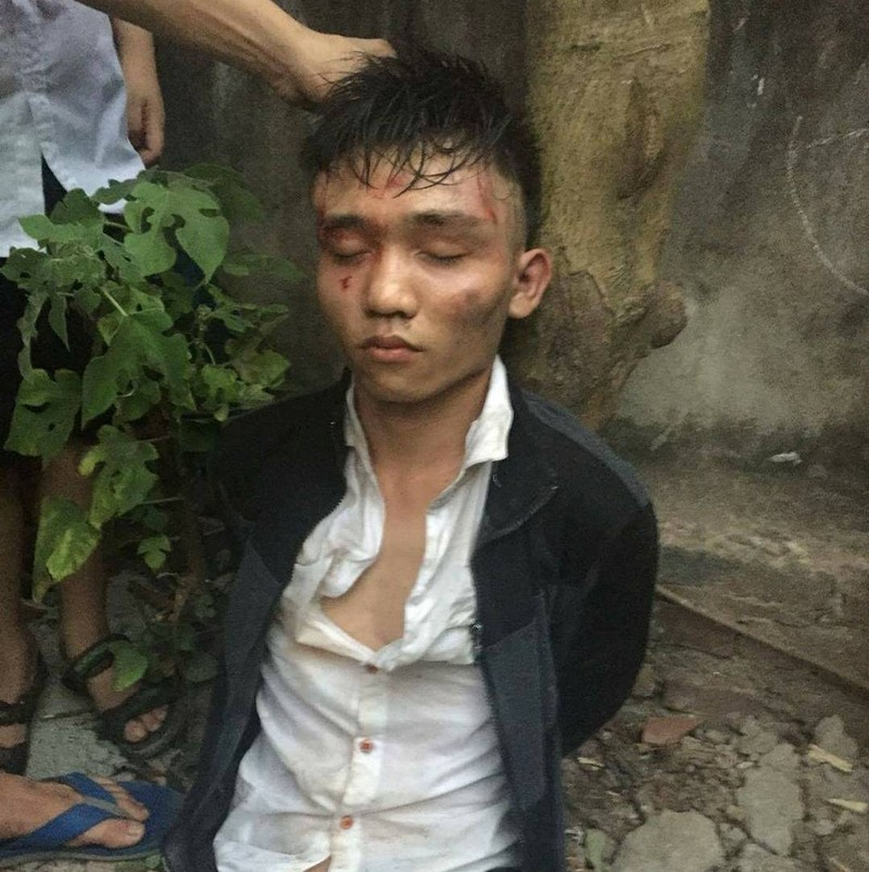 Một trong hai tên cướp bị lực lượng chức năng và người dân không chế và bắt giữ (ảnh FB)