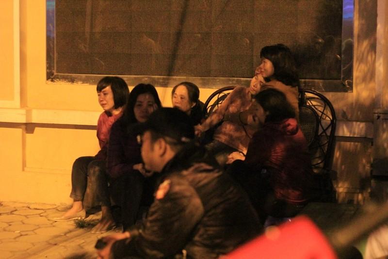 Vụ cháy quán karaoke: Người thân túc trực trắng đêm - ảnh 3
