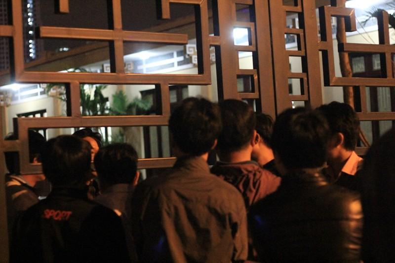 Vụ cháy quán karaoke: Người thân túc trực trắng đêm - ảnh 5