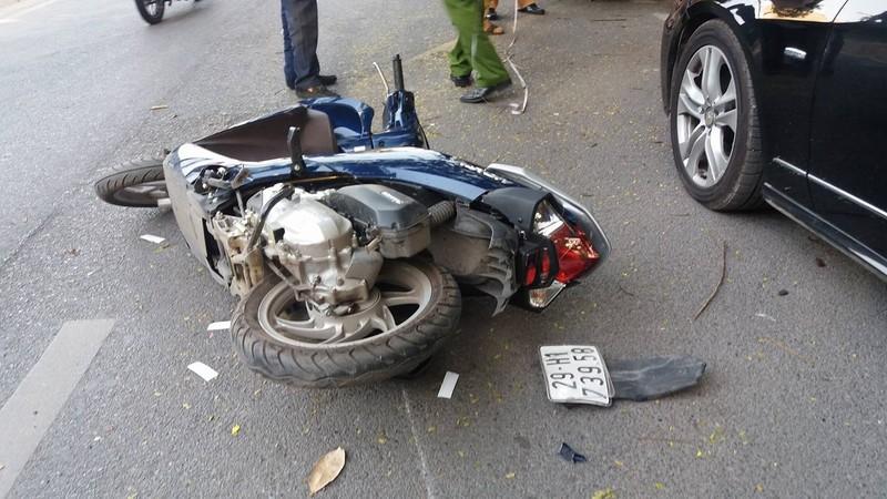 Xế hộp va chạm 2 xe máy, 4 người nhập viện - ảnh 1