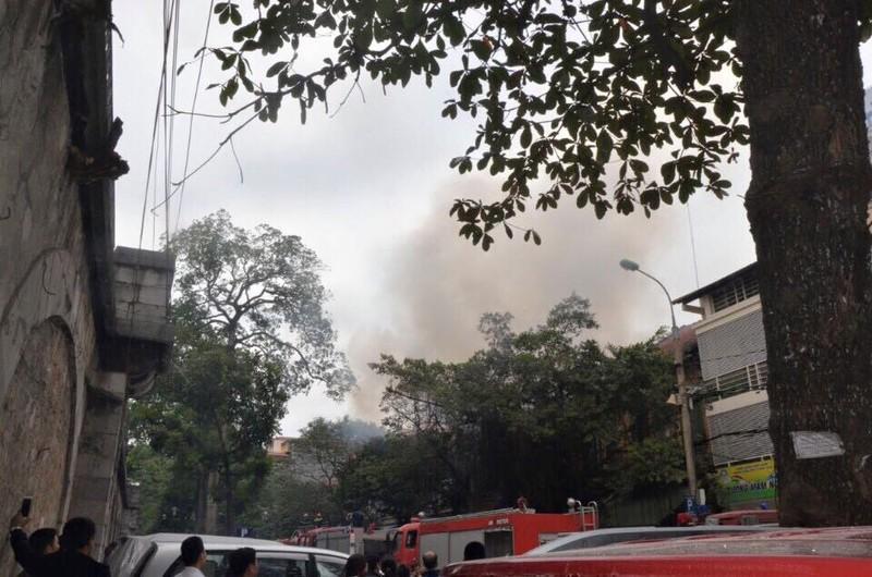 Cháy 2 nhà liền kề trên phố Phùng Hưng, Hà Nội - ảnh 1