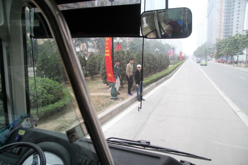Đường thoáng,ô tô, xe máy vẫn tranh đường xe buýt nhanh - ảnh 10