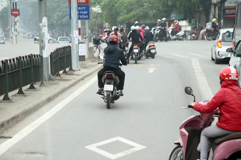 Đường thoáng,ô tô, xe máy vẫn tranh đường xe buýt nhanh - ảnh 6