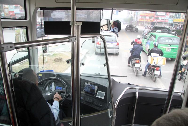 Đường thoáng,ô tô, xe máy vẫn tranh đường xe buýt nhanh - ảnh 8
