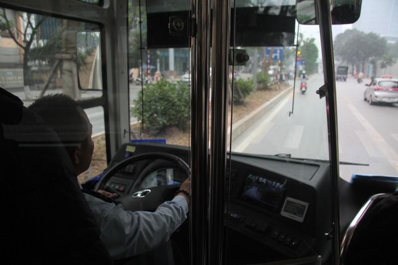 Đường thoáng,ô tô, xe máy vẫn tranh đường xe buýt nhanh - ảnh 2