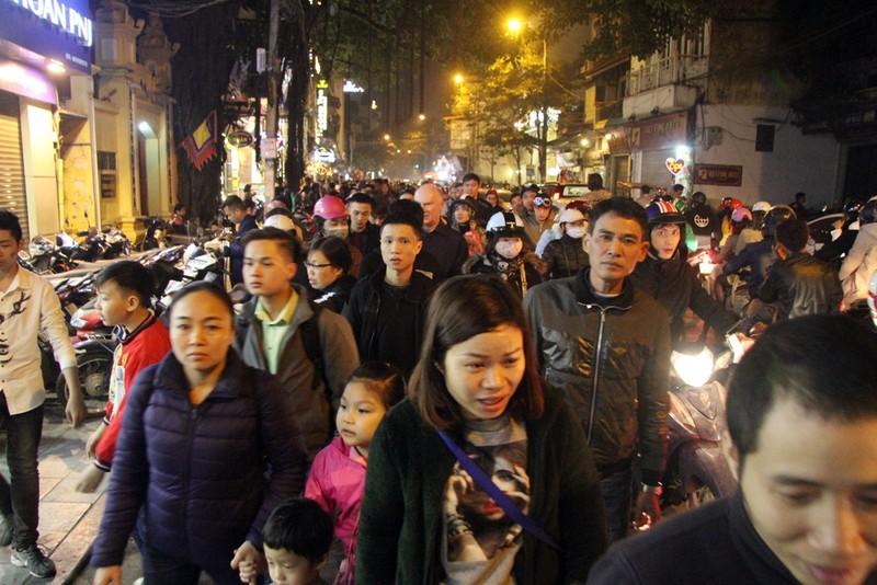 Biển người chen nhau tại phố đi bộ Hà Nội - ảnh 2