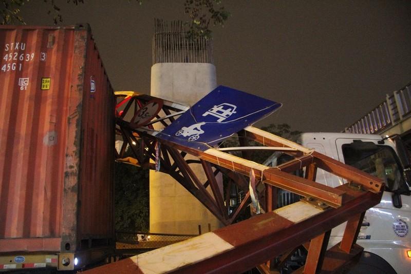 Xe container đâm gãy gập thanh giới hạn chiều cao 3,5m  - ảnh 3