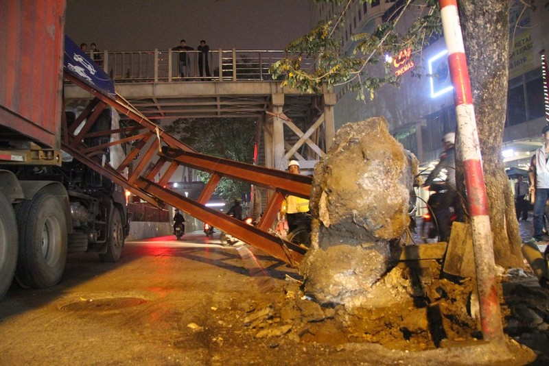 Xe container đâm gãy gập thanh giới hạn chiều cao 3,5m  - ảnh 4