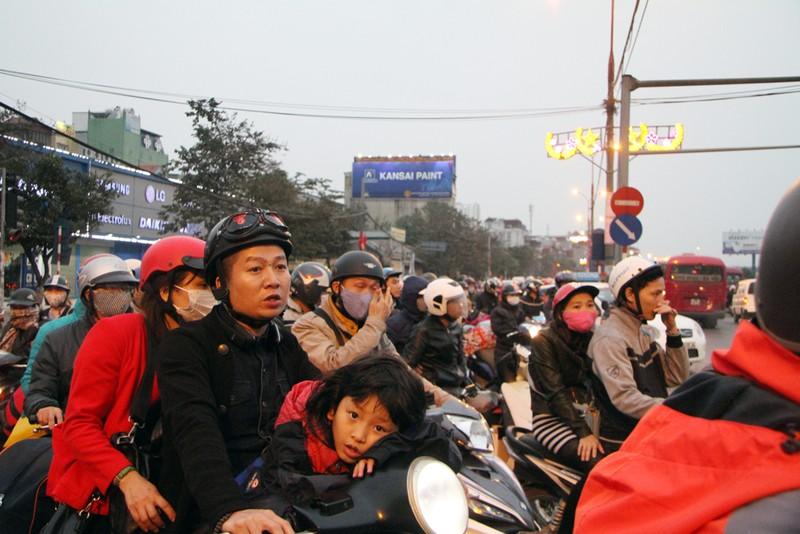 Giao thông Hà Nội tăng cao sau dịp nghỉ tết - ảnh 13