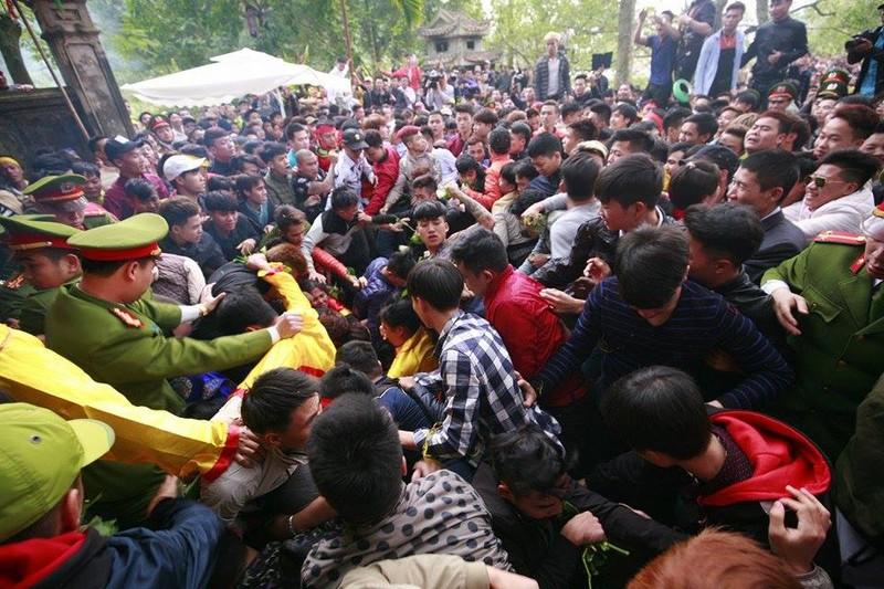 Hàng trăm người chen nhau cướp lộc tại hội Gióng - ảnh 9
