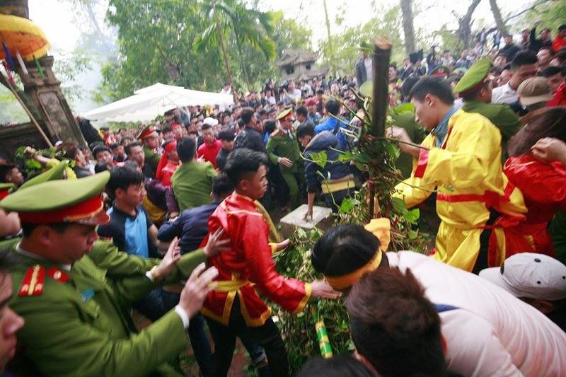 Hàng trăm người chen nhau cướp lộc tại hội Gióng - ảnh 10
