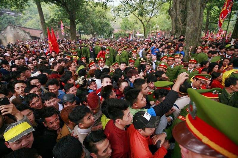 Hàng trăm người chen nhau cướp lộc tại hội Gióng - ảnh 5