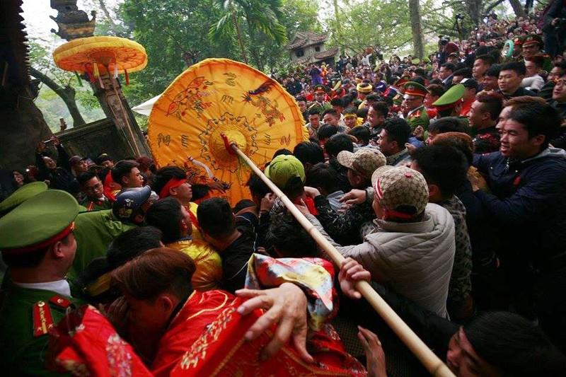 Hàng trăm người chen nhau cướp lộc tại hội Gióng - ảnh 6
