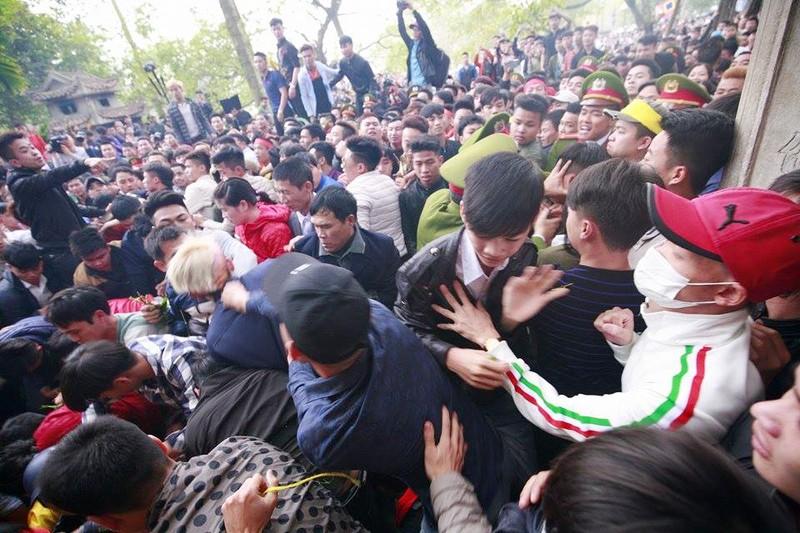 Hàng trăm người chen nhau cướp lộc tại hội Gióng - ảnh 7