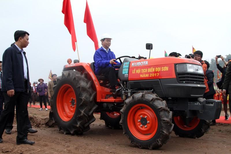 Chùm ảnh: Chủ tịch nước lái máy cày khai lễ Tịch Điền - ảnh 6