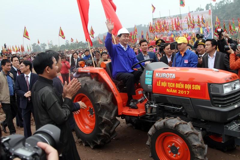 Chủ tịch nước đích thân lái máy cày khai lễ Tịch Điền