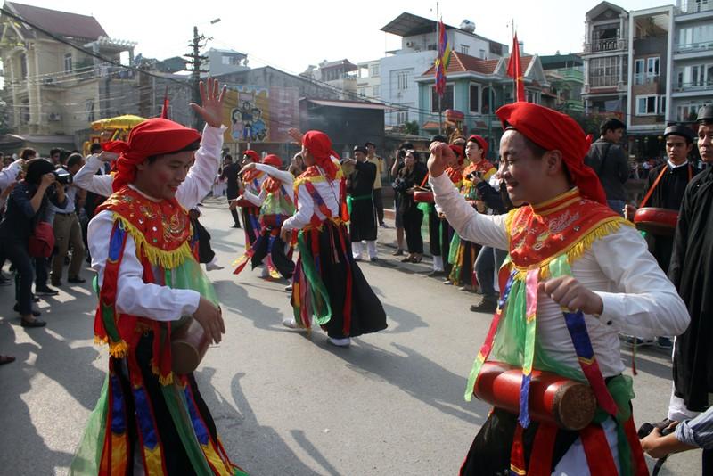 'Con đĩ đánh bồng' sôi động làng Triều Khúc - ảnh 11