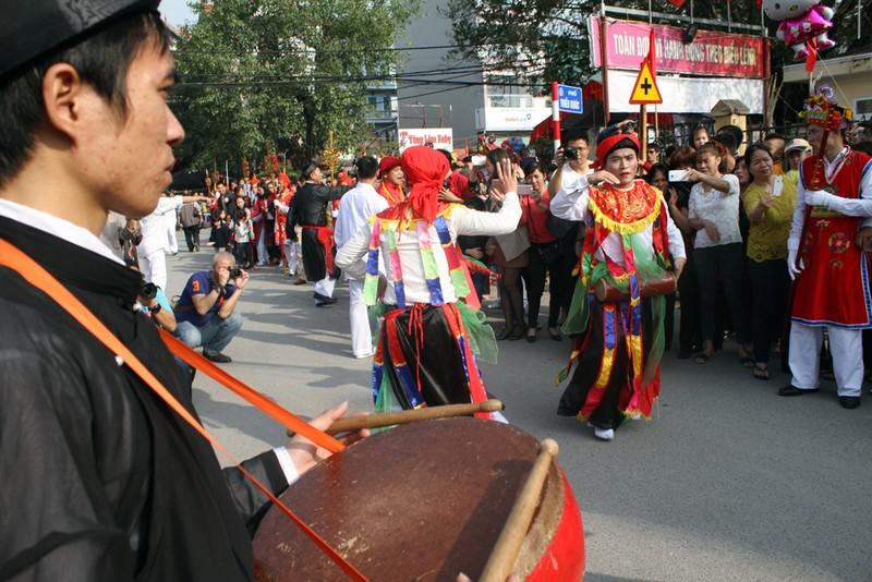 'Con đĩ đánh bồng' sôi động làng Triều Khúc - ảnh 10