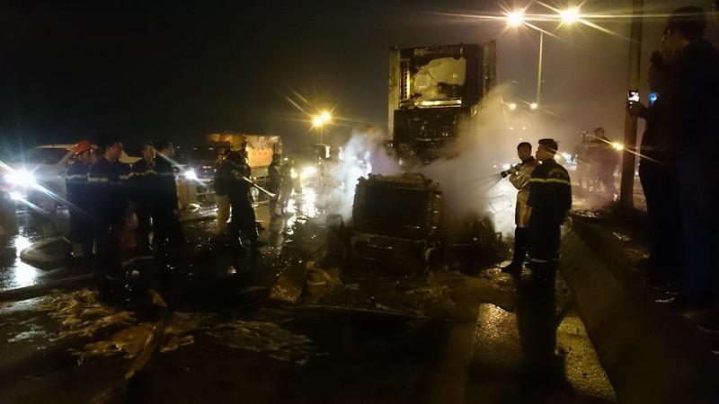 Xe container bốc cháy dữ dội trên cầu Thanh Trì - ảnh 1