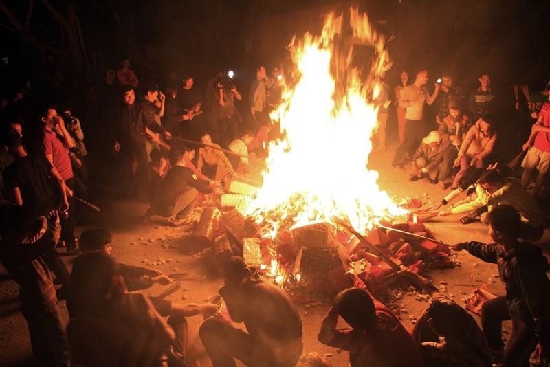 Cả làng đi 'lấy đỏ' trong đêm - ảnh 7