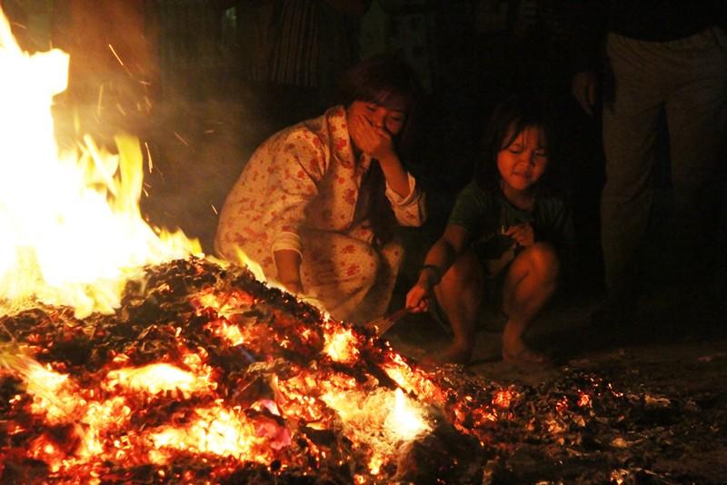 Cả làng đi 'lấy đỏ' trong đêm - ảnh 10