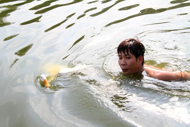 """Dân đội nắng xem trò ba thanh niên """"bắt vịt"""" - ảnh 12"""
