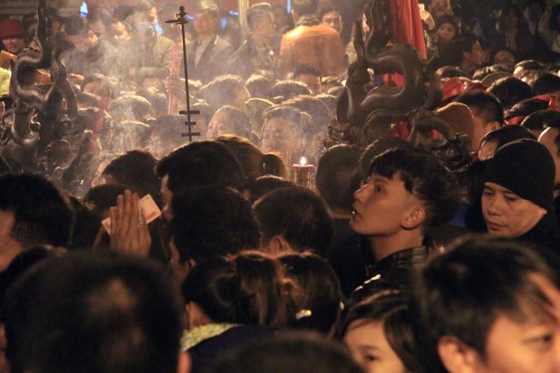 Hàng ngàn người nghẹt thở chờ phát ấn đền Trần  - ảnh 11