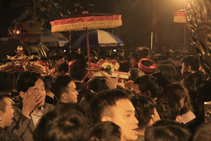 Hàng ngàn người nghẹt thở chờ phát ấn đền Trần  - ảnh 2