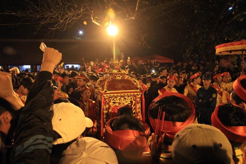 Hàng ngàn người nghẹt thở chờ phát ấn đền Trần  - ảnh 3