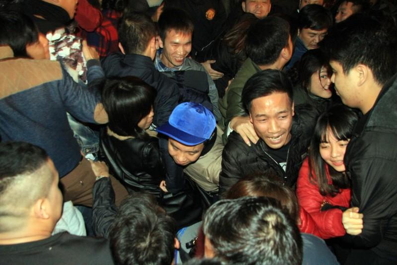 Hàng ngàn người nghẹt thở chờ phát ấn đền Trần  - ảnh 8