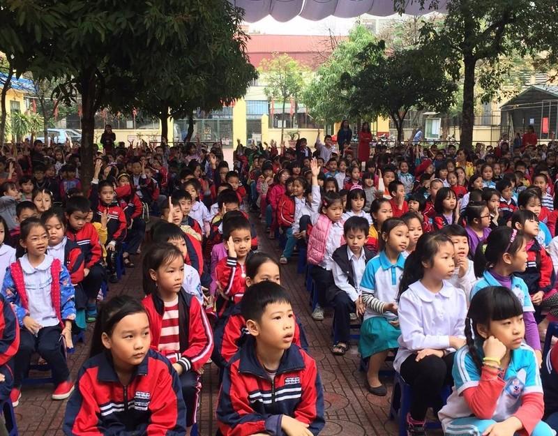 Các em học sinh chăm chú nghe tuyên truyền.