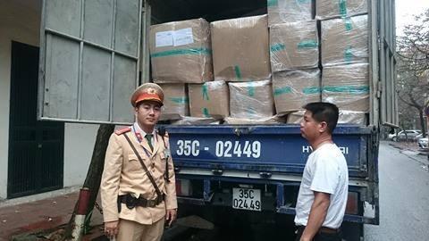 Bắt xe tải chở nhiều hàng hóa không rõ nguồn gốc - ảnh 1