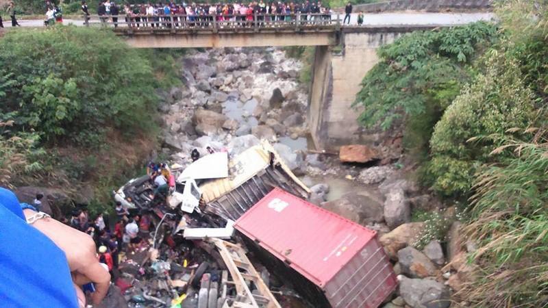 Container, xe tải lao xuống suối, 4 người bị thương - ảnh 1