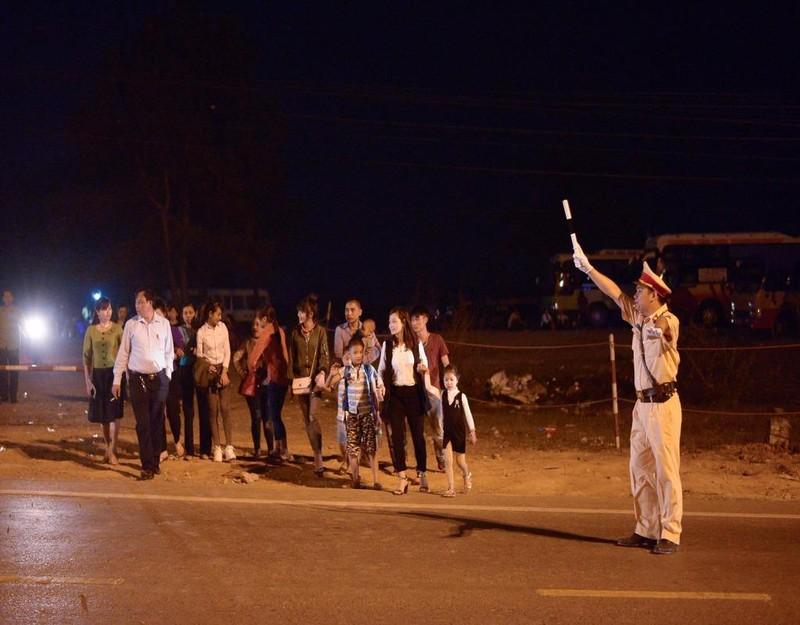 Lực lượng chức năng làm việc vất vả trong đêm