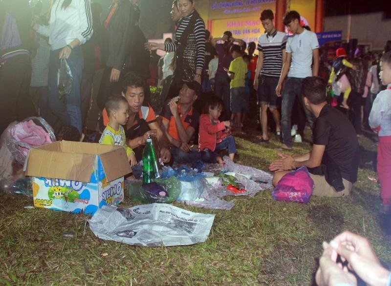 Người dân mang theo cả nước uống, đồ ăn để tiện nghỉ ngơi.
