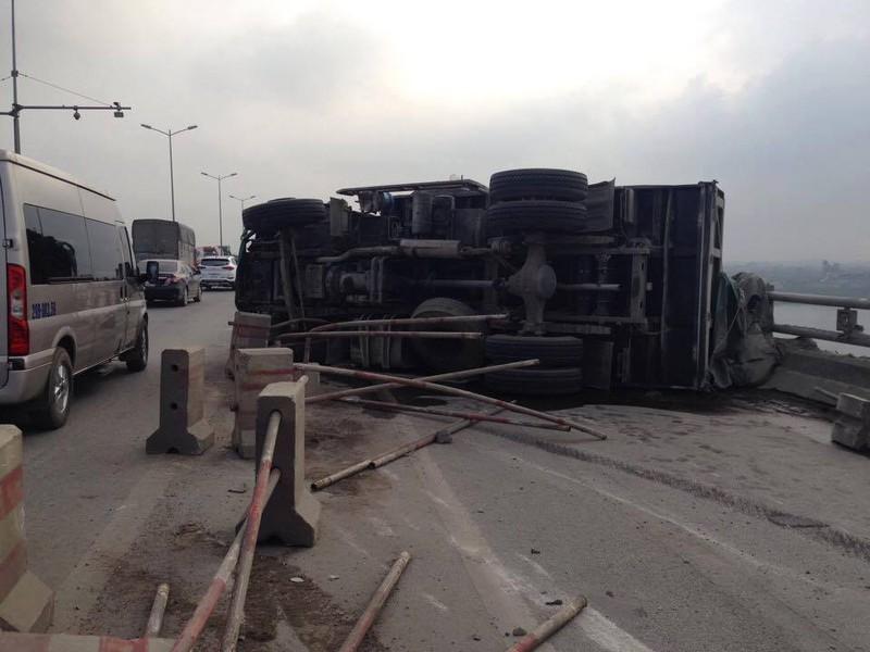 Xe chở xi măng bất ngờ lật nghiêng trên cầu Thanh Trì - ảnh 1