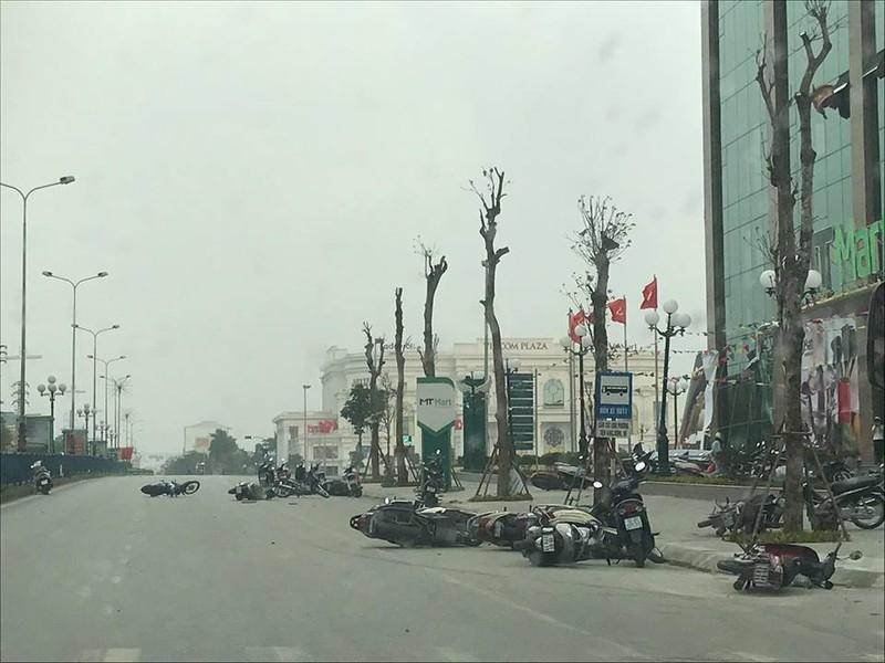 Hàng chục xe máy nằm la liệt trên đường do giống lốc.