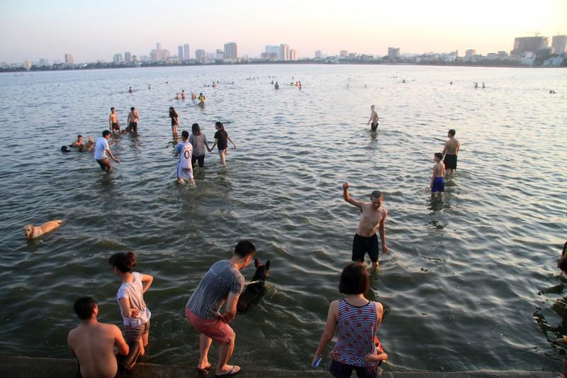 Kết quả hình ảnh cho Hình ảnh người dân tắm trên hồ Tây những ngày nắng nóng