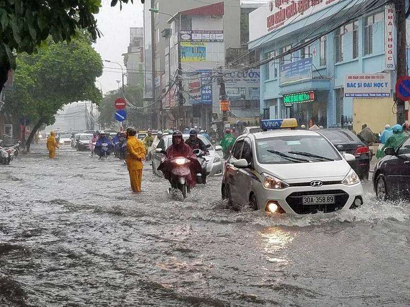 Hết ngập úng, giao thông ở Hà Nội trở lại bình thường