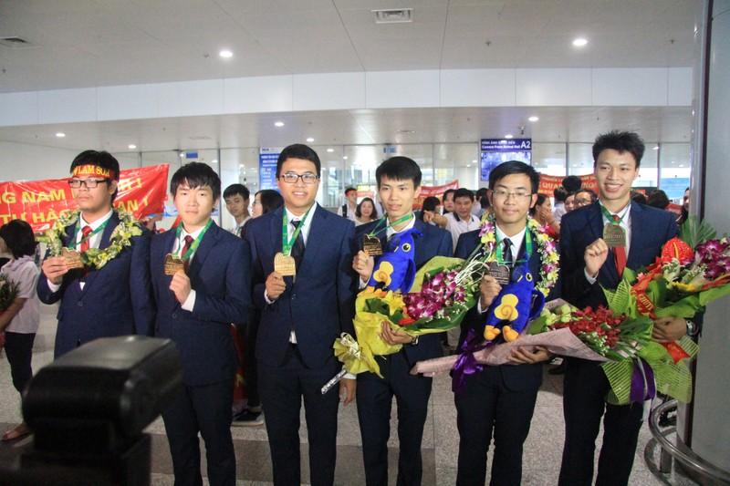 Đón những 'chàng trai vàng' Olympic Toán học 2017 - ảnh 11