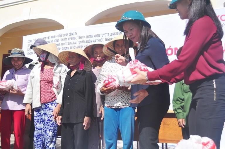 Toyota Việt Nam hỗ trợ đồng bào lũ lụt miền Trung - ảnh 2