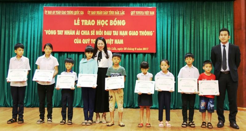 Trao học bổng Toyota 'Vòng tay nhân ái' tại Đắk Lắk - ảnh 2