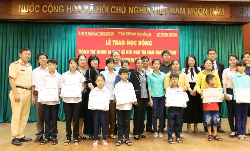 Trao học bổng Toyota 'Vòng tay nhân ái' tại Đắk Lắk - ảnh 3