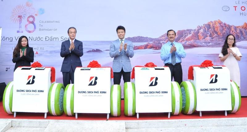 Bridgestone trao tặng thùng rác thông minh cho Đầm Sen - ảnh 1